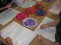 Los niños pintan con hielo al Museo del agua
