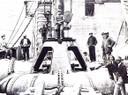 Treballadors sobre les turbines de la central de Seròs - Museu de l'Aigua de Lleida